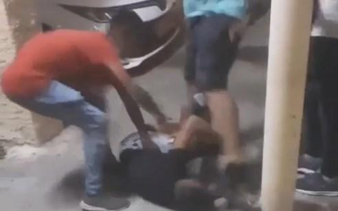 חמישה נערים בני 14–16 נעצרו בחשד שהיכו ברחובות נער אחר ותיעדו את האירוע | צפו