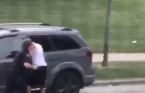 תיעוד חדש מסעיר את ארצות הברית: שוטרים ירו 7 יריות מטווח אפס לעבר גבר שחור לא חמוש