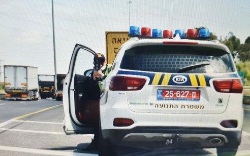 """בפעילות אכיפה במהלך השבוע נרשמו כ-5,000 דו""""חות תנועה, כ-1,200 מתוכם בגין השימוש בנייד בזמן נהיגה"""