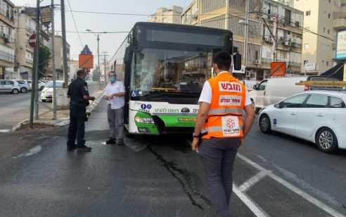 הולך רגל כבן 30 נפצע בינוני מפגיעת אוטובוס בפתח תקווה