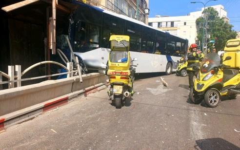 התנגשות האוטובוס בבניין בגבעתיים: הנהג נסע ללא רישיון נהיגה מתאים – רישיונו נפסל