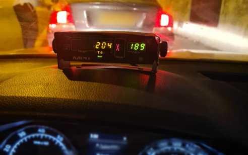 """בן 36 נתפס נוהג במהירות חריגה של 204 קמ""""ש בכביש 1"""