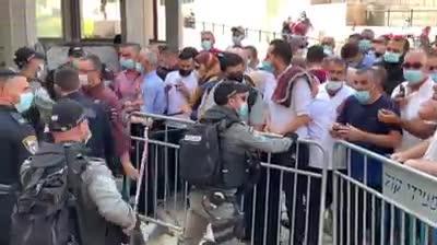 מאות ערבים יצאו בתהלוכה אחרי תפילה בהר הבית וקראו קריאות לאומניות – שלושה מתפרעים נעצרו