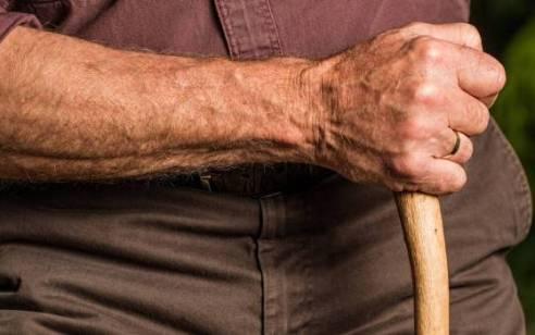 המשטרה עצרה עובד זר ממולדובה בחשד לתקיפת קשיש בפתח תקוה