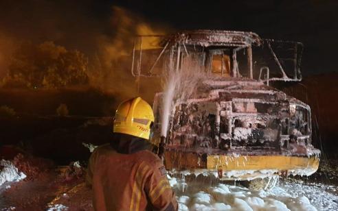 לוחמי האש הוזעקו לשריפת קוצים וגילו שמדובר במשאית בוערת – אין נפגעים
