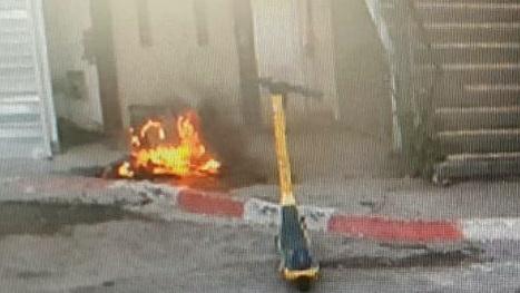 תושב תל אביב נעצר בחשד שהיסב נזק למספר קטנועים והצית פחי אשפה