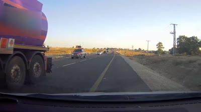 תיעוד מניידת סמויה: עקיפה מסוכנת של משאית על כביש 264 בדרום