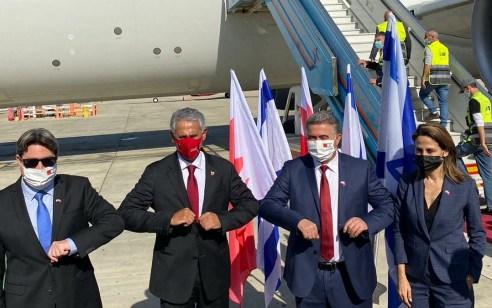 היסטוריה: טיסה סדירה ראשונה נחתה מבחריין לקראת הסכמים בתחום התיירות