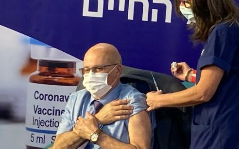 """מנכ""""ל משרד הבריאות התחסן נגד נגיף קורונה במרכז הרפואי שיבא: """"ערב היסטורי"""""""