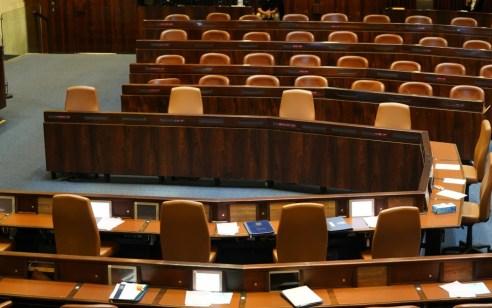 הקואליציה החרימה את ההצבעות: הצעות אי האמון זכו לרוב אך נדחו