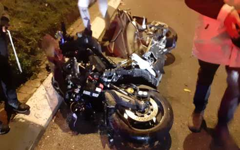 רוכב אופניים חשמליים כבן 17 נפצע קשה מפגיעת אופנוע בפתח תקווה