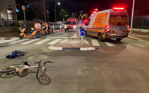 פתח תקווה: רוכב אופניים חשמליים נפצע בתאונת דרכים עצמית – מצבו קשה