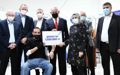נתניהו ואדלשטיין במתחם חיסוני הקורונה באום אל פחם יחד עם המחוסן המיליון בישראל | צפו