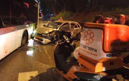 נהג רכב כבן 20 נפצע בתאונה בפתח תקווה – מצבו בינוני