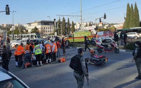 שוטר בן 60 נפצע בינוני ושני רוכבי אופנוע קל בתאונה בכביש בר לב בירושלים