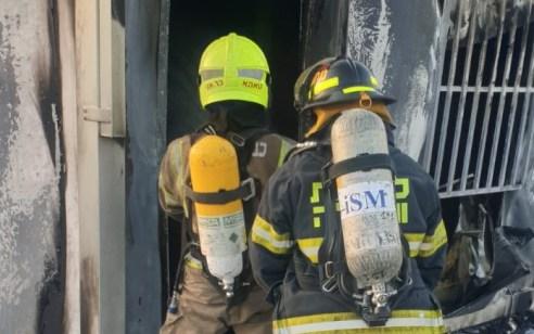 גבר בן 73 נפצע קשה משאיפת עשן בשריפה בדירה בתל אביב