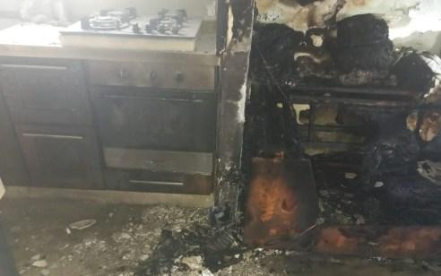 שלושה פצועים, בהם גבר בן 50 ונער בן 15 במצב בינוני, בשריפה בבית בבאר שבע