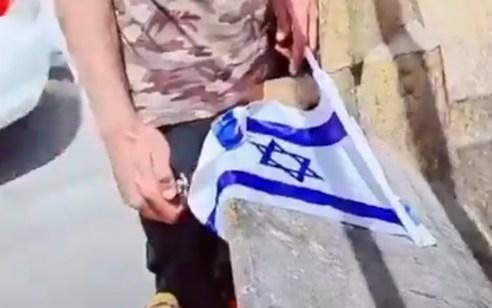 עובד קבלן בעיריית ראשון לציון פוטר לאחר שתועד שורף דגל ישראל | צפו