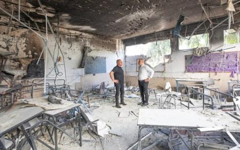 התלמידים באשקלון שבו למוסדות החינוך: ראש העיר סייר בישיבת ׳צביה׳ שספגה פגיעה ישירה