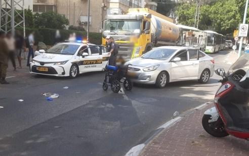 פתח תקווה: גבר בן 60 חצה כביש בכסא גלגלים ונפגע מרכב – מצבו בינוני עד קשה