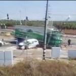 עולה על מדרכה ומתנגש ברכב: תיעוד איבוד שליטה של נהג משאית בצומת סורק