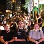 צפו: מאות הגיעו הלילה לעמוד בתור בכדי לזכות הראשונים באייפון 13