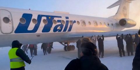 επιβάτες στη Σιβηρία σπρώχνουν παγωμένο αεροπλάνο allabout.gr
