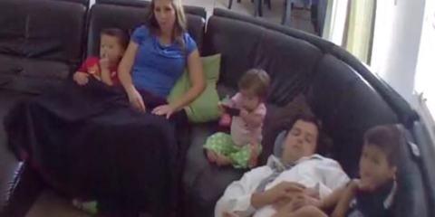 Ο πατέρας αποκοιμήθηκε στον καναπέ. Αλλά όταν το μωρό άρχισε να πέφτει; Δείτε την αντίδρασή του