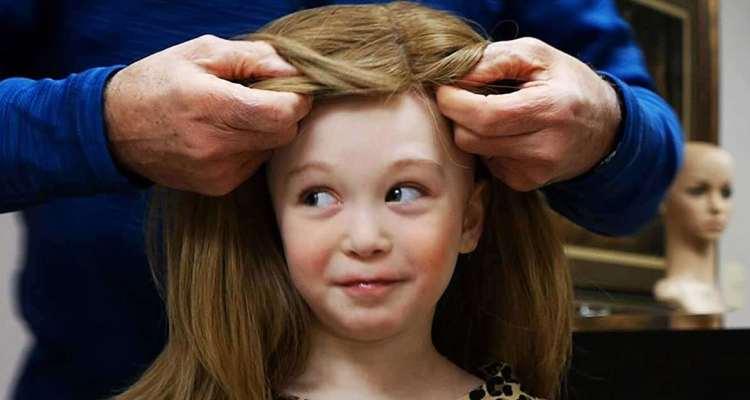 Να τι συμβαίνει όταν δωρίζεις τα μαλλιά σου.Ένα βαθιά συγκινητικό βίντεο.