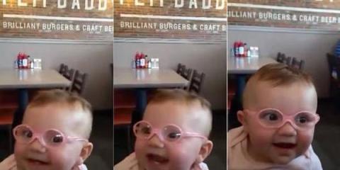 Η αντίδραση του μωρού που βλέπει για πρώτη φορά τους γονείς τουΗ αντίδραση του μωρού που βλέπει για πρώτη φορά τους γονείς του
