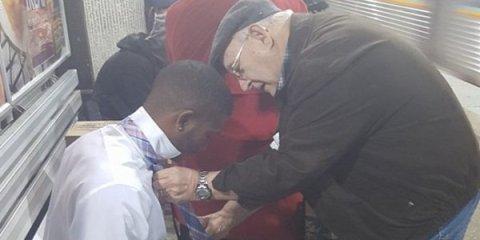 Άντρας καταγράφει την πιο συγκινητική στιγμή ανάμεσα σε δύο ξένους σε ένα σταθμό τρένου