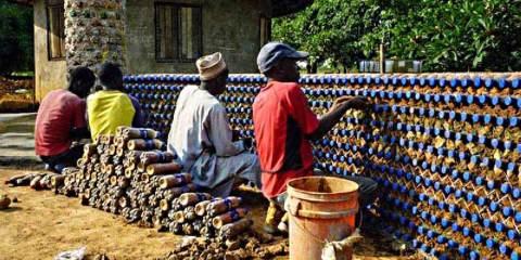 Νιγηριανοί φτιάχνουν αντιπυρικά και αλεξίσφαιρα σπίτια από πλαστικά μπουκάλια και λάσπη