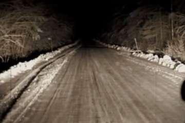 Αυτό που βρήκαν στον επαρχιακό αυτό δρόμο έκανε την καρδιά τους να σταματήσει. (Βίντεο)