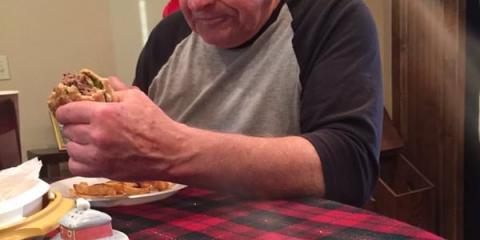 φωτογραφία αυτού του θλιμμένου παππού