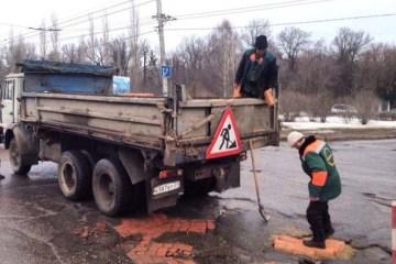 Επισκευάζοντας λακκούβες στους δρόμους της Ρωσίας