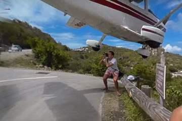 Φωτογράφος παραλίγο να χτυπηθεί από αεροπλάνο