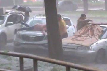 να προστατεύσει το αυτοκίνητο της από χαλάζι