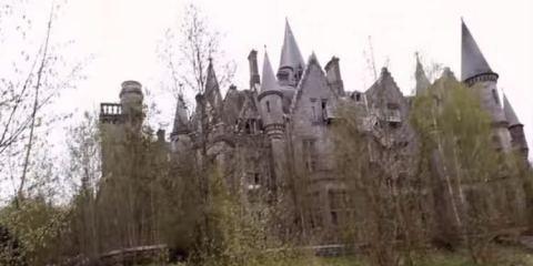 να μπουν στο εγκαταλειμμένο κάστρο
