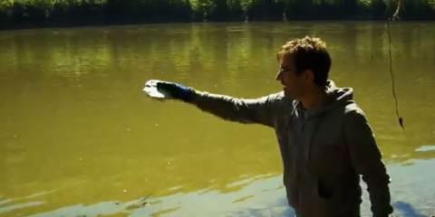 μεγάλη ποσότητα στερεού νατρίου μέσα σε ένα ποτάμι