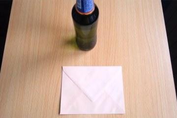 Πώς να ανοίξετε μία μπύρα με ένα… φάκελο