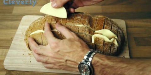 Τύλιξε το ψωμί σε αλουμινόχαρτο και το έψησε στο φούρνο