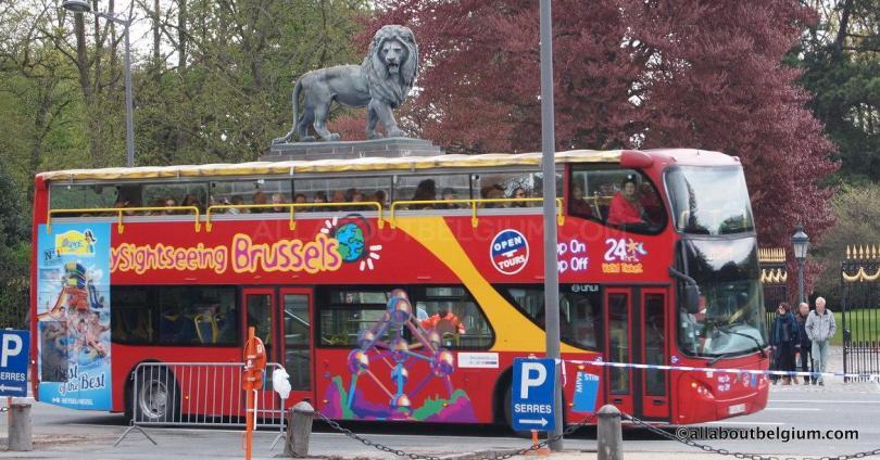 乗り降り自由バスはブリュッセルの観光名所を効率良く回ります。晴れた日はオープンカーに。