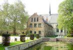 現在はアートスクール、13世紀から残るカンブル修道院へ