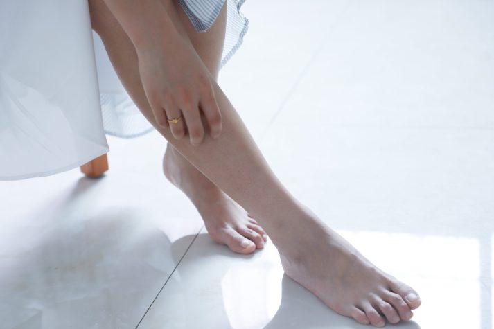 woman touching her right leg 1204473 scaled - MUGGENBULT? MET DEZE 5 TIPS KOM JE ZO SNEL MOGELIJK AF VAN DIE VERVELENDE JEUK