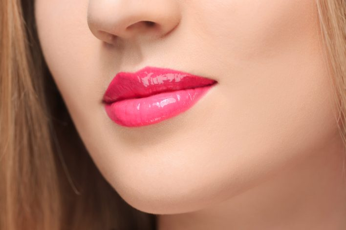 sensual red lips close up scaled - PREVIEW │ESSENCE LIPGLOSS MET EXTREEM GLANZEND VOLUME