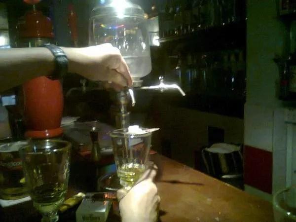 Выпить абценту в Камбодже