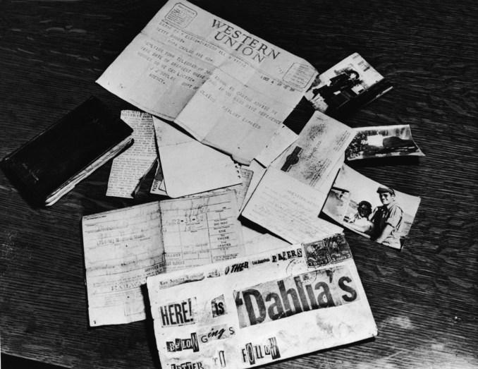 Les preuves concernant le meurtre d'Elizabeth Short éparpillées sur une table au bureau du procureur du district de Los Angeles, Los Angeles, Californie, 1947