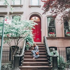 The most instagrammable places in New York. Carrie Bradshaw neighbourhood sex in the city. Pretty brownstone houses of Greenwich Village, New York.