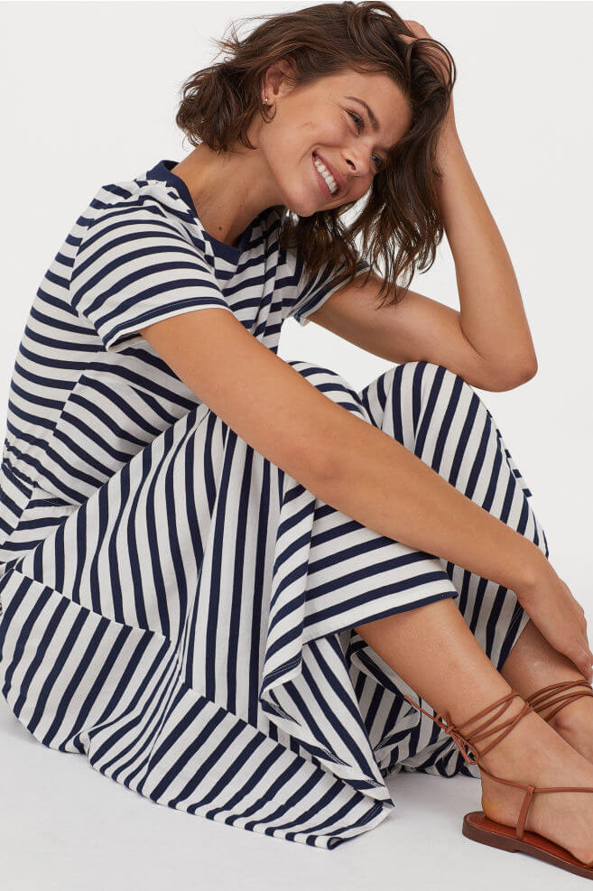 What to pack for the Cotswolds. Navy stripe dress by H&M. Read more on www.allaboutrosalilla.com