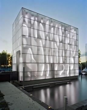 fachada-de-vidro-translucido-com-iluminaçao-led-clube-de-vela-nordwesthaus-lago-constança-suiça